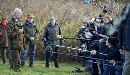 König Carl XVI. Gustaf unterbricht die Elchjagd, um gegenüber der Presse am Erscheinungstags des Skandalbuches Stellung zu nehme