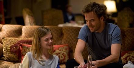 Cleo (Elle Fanning) und JOhnny (Stephen Dorff) raufen sich als Tochter-Vater-Paar zusammen.