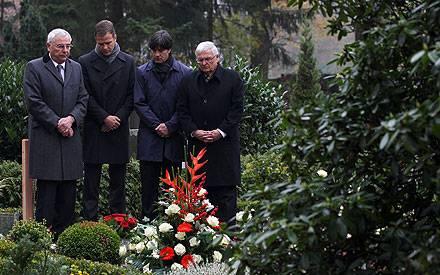 Karl Rothmund, Oliver Bierhoff, Joachim Löw und Theo Zwanziger am Grab von Robert Enke.