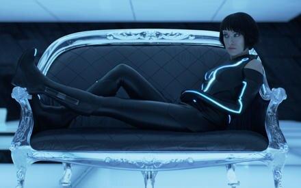 """Blaues Licht, enger Anzug und kaum Luft zum Atmen: Olivia Wilde in ihrem sexy """"Tron""""-Outfit."""