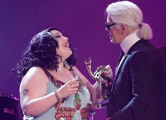 Beth Dito erhält den Bambi aus den Händen von Modeschöpfer Karl Lagerfeld.