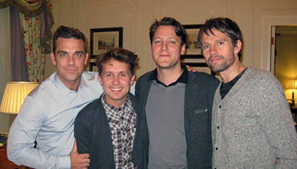 GALA-Chefreporter Hauke Herffs (2. v. r.) traf sich in London mit Robbie, Mark und Jason.