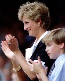 Prinz William mit seiner verstorbenen Mutter Prinzessin Diana. Sie trägt hier den Ring, der nun die Hand von Williams zukünftige