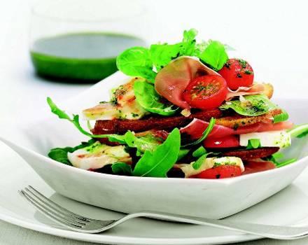 Frischer Rucola-Basilikum-Salat.