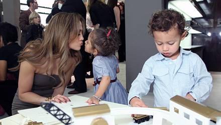 Belohnungsküsschen: Emme präsentierte die Kleidchen beim Launch der Gucci-Kids-Kollektion in Beverly Hills wie ein alter Catwalk