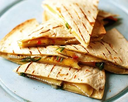 Pikante Brie-Quesadillas sind schnell gemacht.