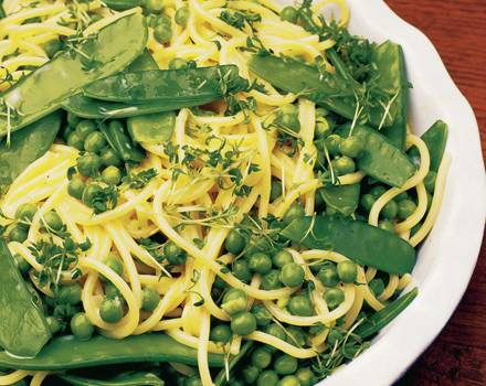 Spaghettini-Salat mit Erbsen.