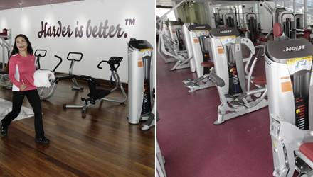 Das Design des Fitnessstudios ist puristisch gehalten und bewegt sich in rot-weißen Farbwelten.