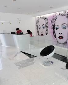 An den Wänden des Studios hängen Portraits von Madonna.
