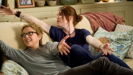 """Julianne Moore (r.) und Annette Bening spielen in der Komödie """"The Kids Are All Right"""" ein lesbisches Elternpaar, das eine tiefe"""