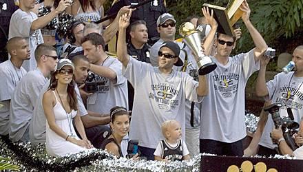 Erin Barry, die hier bei der NBA-Meisterschaftsfeier 2007 rechts neben Eva Longoria sitzt, bestreitet weiterhin, mit Tony Parker