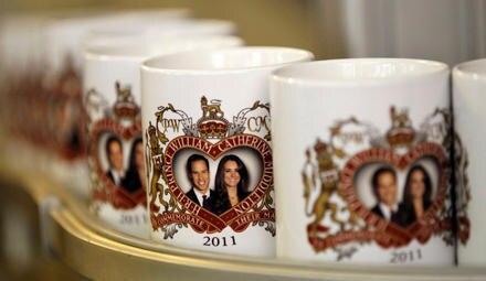 Hier laufen täglich hunderte Tassen vom Band. Bis zur Hochzeit könnte jeder Brite eine auf seinem Kaffeetisch stehen haben.