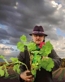 Horst Rechelbacher auf seiner Farm in Wisconsin. Hier pflanzt er alles nach strengsten ökologischen Standards an.