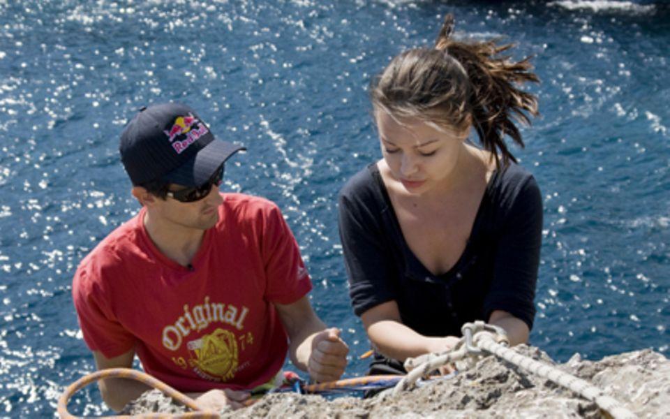 Die Schauspielerin Cosma Shiva Hagen klettert mutig über offenen Gewässern.