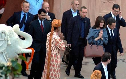 Carla Bruni und Nicolas sarkozy bei ihrem Besuch des Taj Mahal in Indien am vergangenen Samstag (4. Dezember).