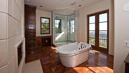 Viel Holz- und viel zu sehen: Eines der neun Badezimmer.