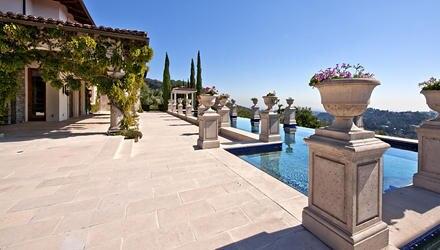 Das Herzstück der Villa ist der säulengesäumte Swimmingpool mit weitläufigen Terrassen im französischen Barock-Stil.