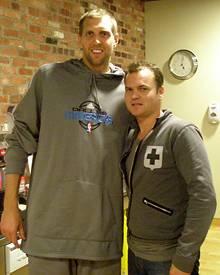 Basketball-Superstar Dirk Nowitzki und Gala-Mitarbeiter Thilo Komma-Pöllath beim Interview in Dallas.