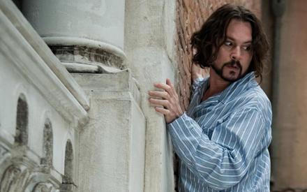 Der tollpatschige Frank (Johnny Depp) muss vor bewaffneten Verfolgern über die Dächer von Venedig flüchten.