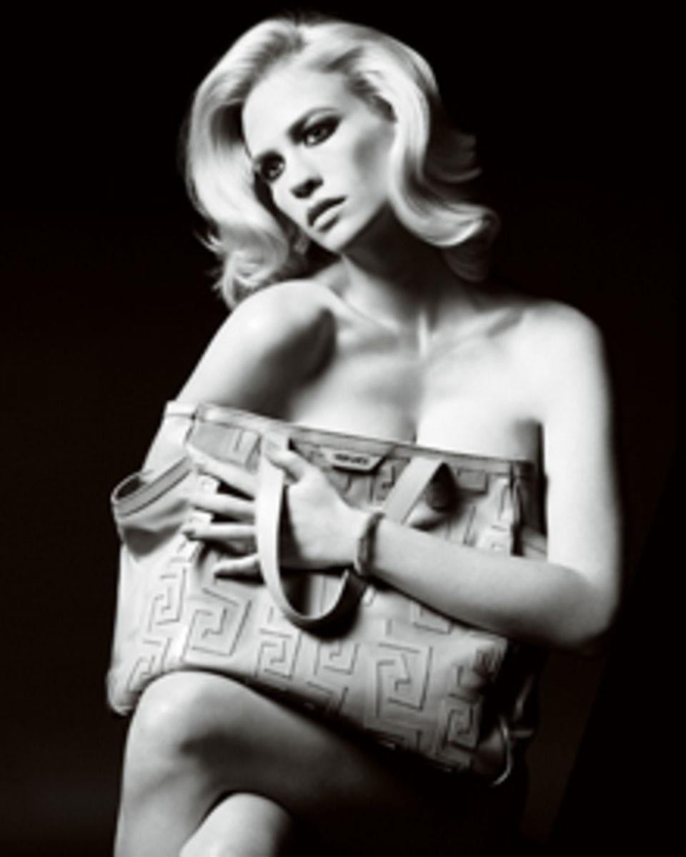 January Jones posiert nahezu nackt für die neue Versace-Kampagne.