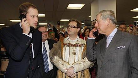 Derselbe Sinn für Humor: Als Prinz William bei einem Charity-Event mit einem finnischen Reeder verhandelte, fragte sein Vater zu