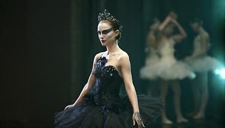 Natalie Portman verkörpert die ehrgeizige New Yorker Balletttänzerin Nina und trainierte dafür sechs Monate intensiv.