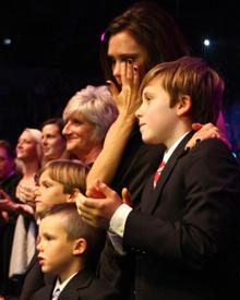 """Victoria Beckham zeigt sich, hier mit ihren drei Söhnen, sichtlich gerührt von der Dankesrede ihres Mannes David bei den """"BBC's"""