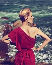 """Das knallrote Wildlederkleid von Laurèl ist eines der Highlights aus der """"Frühjahr/Sommer 2011""""-Kollektion."""