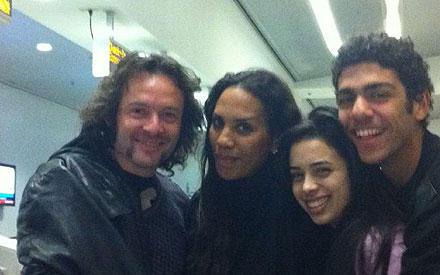 Arne Quinze, Barbara Becker, Rafaela Remy und Noah Becker posieren am Flughafen von Miami fürs Familienalbum.