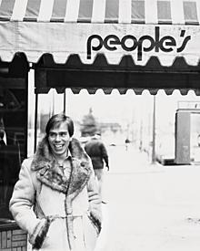 """Anfang der Siebziger eröffnete Tommy Hilfiger seine erste Boutique """"People's Place"""" in seinem Geburtsort Elmira bei New York."""