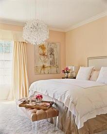 """Das Schlafzimmer sollte """"anmutig"""" sein, erklärt die Inneneinrichterin. Helle Töne schaffen eine entspannte Stimmung."""