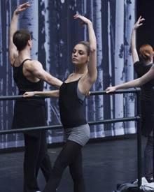 Mila Kunis als Tänzerin Lily, eine der größten Konkurrentinnen Ninas.