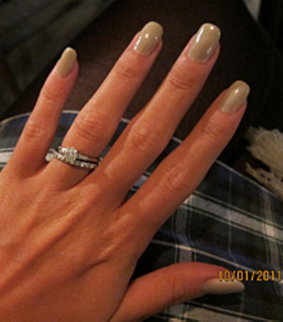 Dieses Bild zeigte Lily Allen auf ihrem Blog: An ihrem Ringfinger gibt es plötzlich auffallend viel zu sehen.