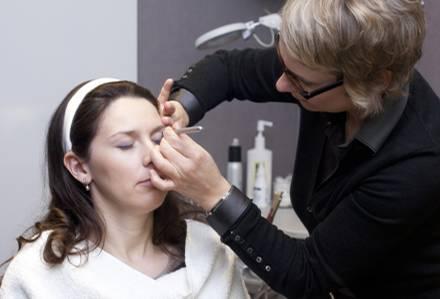 Die Braut bekommt ein Profi-Make-up in der VIP-Kabine im Salon Köster.
