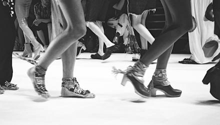 Volle Sicht auf die Beine der Models bei der Modenschau von Starstyling.