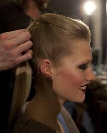 """Die Haare der Models wurden von den """"Wella Professionals""""-Trend-Coaches streng nach hinten gestylt. Das Deckhaar wurde als eine"""
