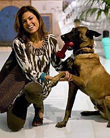 """Alle lieben Hugo! Eva Mendes brachte zum """"World gallery""""-Shooting in Los Angeles ihren belgischen Schäferhund mit."""