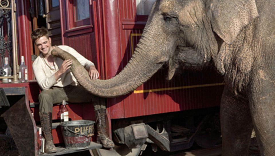 """Tai mit Robert Pattinson am Set von """"Wasser für die Elefanten"""" (Kinostart: 21. April)."""