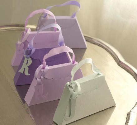 Solche charmanten Giveaways in Handtaschenform können in verschiedenen Größen gebastelt werden, um kleine Geschenke oder köstlic