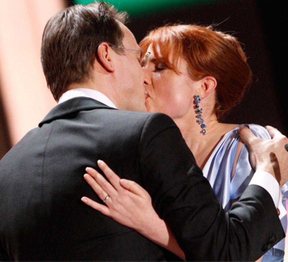 Ergreifender Moment: Monica Lierhaus, 40, macht ihrem Lebenspartner Rolf Hellgardt, 42, bei der Verleihung der Goldenen Kamera i