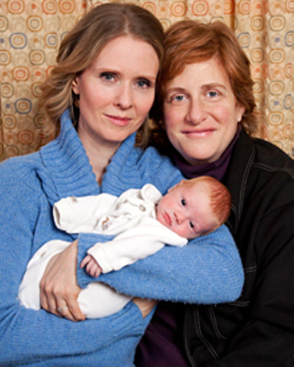 Stolz zeigen Cynthia Nixon und ihre Partnerin Christine Marinoni ihren Sohn Max, der am 7. Februar auf die Welt kam.