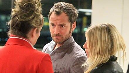 Rastlos: In den 14 Monaten ihres zweiten Beziehungsversuchs jetteten Jude Law und Sienna Miller, hier in Heathrow, ständig durch