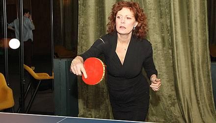 Susan Sarandon zeigt, was sie an der Tischtennis-Platte kann.