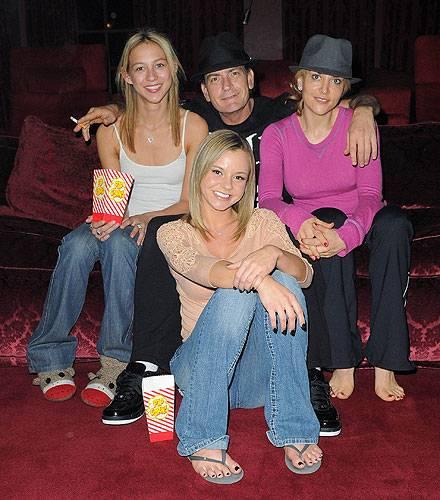 Charlie Sheen im Kreise seiner aktuell liebsten Frauen: Natalie Kelly (links), Brooke Mueller (rechts) und Bree Olson (vorne).