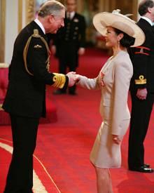 """Ein Moment den sie nie vergisst: Prinz Charles übergibt Catherine Zeta-Jones den Ritterorden """"Commander of the British Empire""""."""