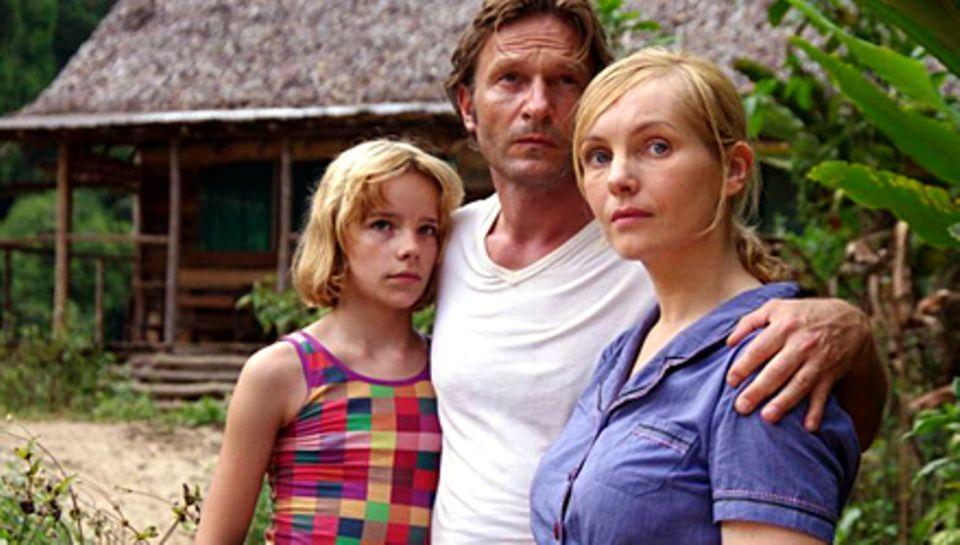 Auf West-Papua geraten Klaus (Kretschmann, mit Stella Kunkat und Nadja Uhl, r.) und seine Familie zwischen die Stammesfronten. S