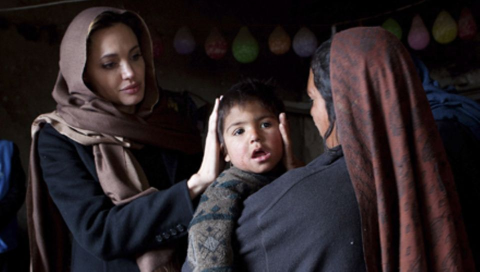 Als UN-Sonderbotschafterin besuchte Angelina Jolie Flüchtlinge in Kabul und zeigt sich sehr bewegt vom Schicksal einer achtfache