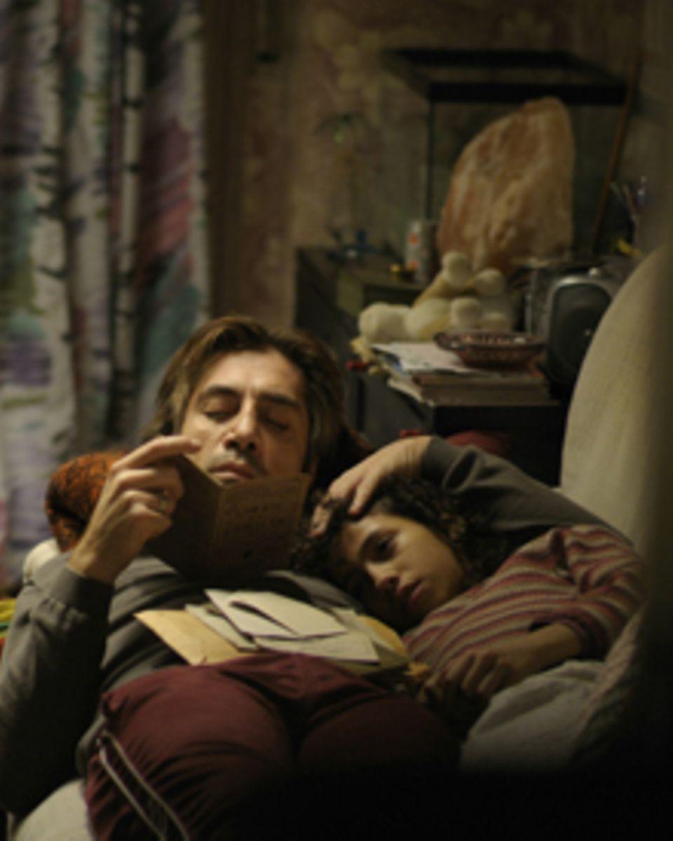 Uxbal(Javier Bardem) verucht seiner Tochter Ana (Hanaa Bouchaib) trotz des hektischen Familienalltags Halt zu geben.