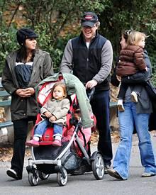 Damons Damen beim Spaziergang in New York: Ehefrau Luciana, 35 (l.), sowie die Töchtern Gia, 2, Stella, fünf Monate, und Isabell