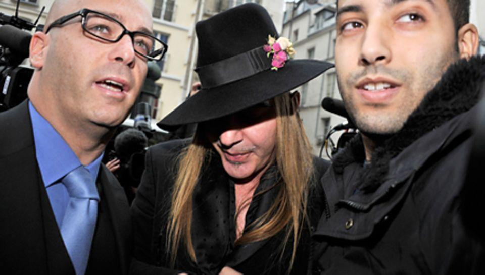 John Galliano und sein Anwalt Stephane Zerbib (l.) vergangene Woche in Paris auf dem Weg zum Polizeiverhör.
